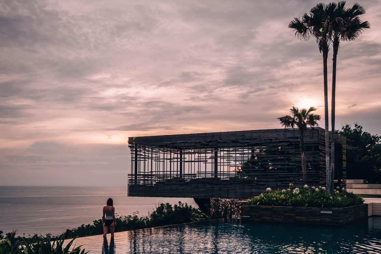 Uluwatu - Tempel, einsame Buchten und der schönste Infinity-Pool auf Bali - Alila Villas Uluwatu, Infinity Pool zum Sonnenuntergang
