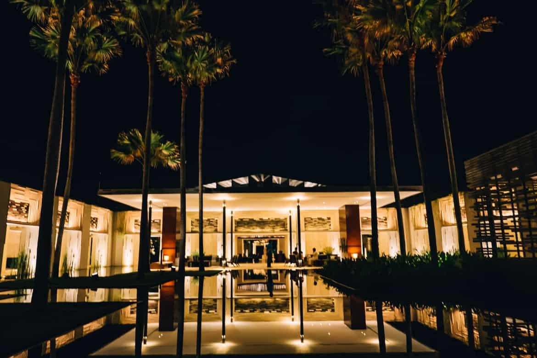 Uluwatu - Tempel, einsame Buchten und der schönste Infinity-Pool auf Bali - Alila Villas Uluwatu, Rezeption bei Nacht