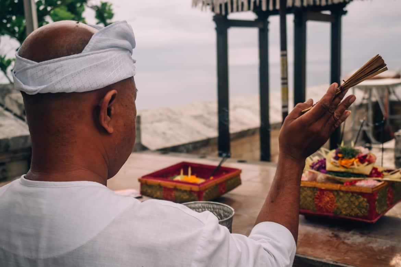 Uluwatu - Tempel, einsame Buchten und der schönste Infinity-Pool auf Bali - Uluwatu Tempel Opfergaben