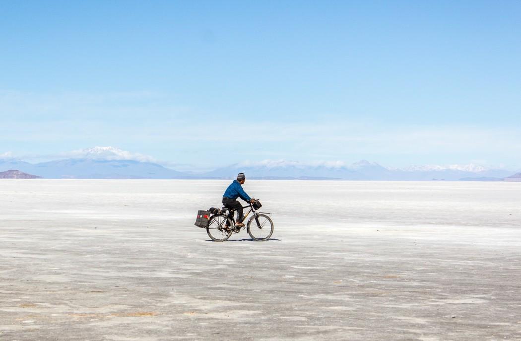 Salar de Uyuni Tour: Jeep Tour über die Lagunenroute in Bolivien - Radfahrer in dem Salar de Uyuni