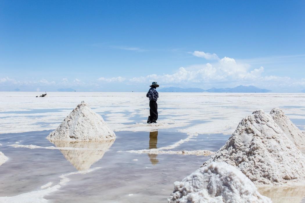 Salar de Uyuni Tour: Jeep Tour über die Lagunenroute in Bolivien - Salzarbeiter in dem Salar de Uyuni