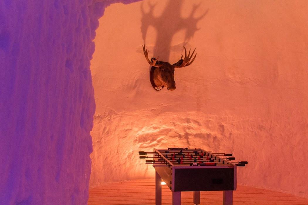 Schwedisch Lappland - 7 Abenteuer, die du erleben musst! z.B. Übernachten im Iglo Hotel Arjeplog - mit Kicker