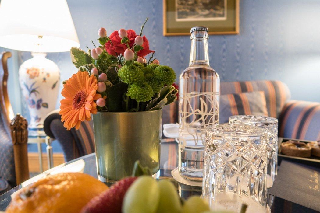 St. Moritz & das Rezept für ein perfektes Schneewochenende: Kulm Hotel St. Moritz, Zimmer Tisch
