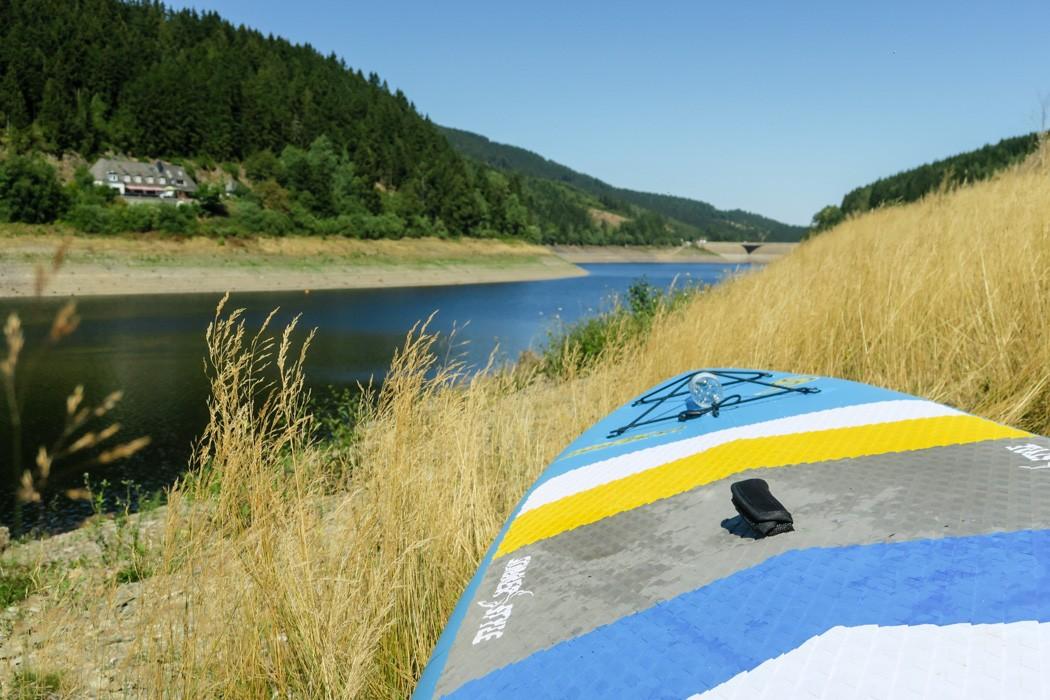 Stand Up Paddling / SUP im Harz auf der Okertalsperre: Das Board trocknen lassen