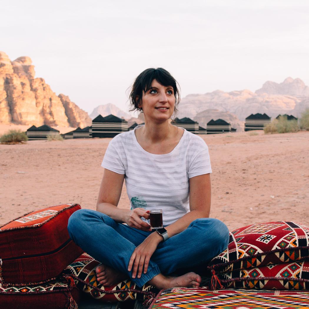 Tee trinken in der Wadi Rum Wüste