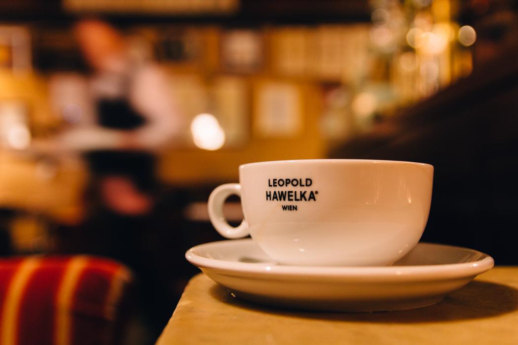 Wien Sightseeing Tipps: Eine Melanche in einem traditionellen Kaffeehaus trinken