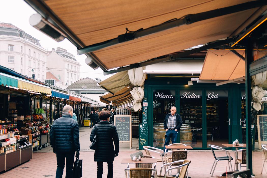 Wien Sightseeing Tipps: Über den Naschmarkt schlendern (mit Glühwein in der Hand)