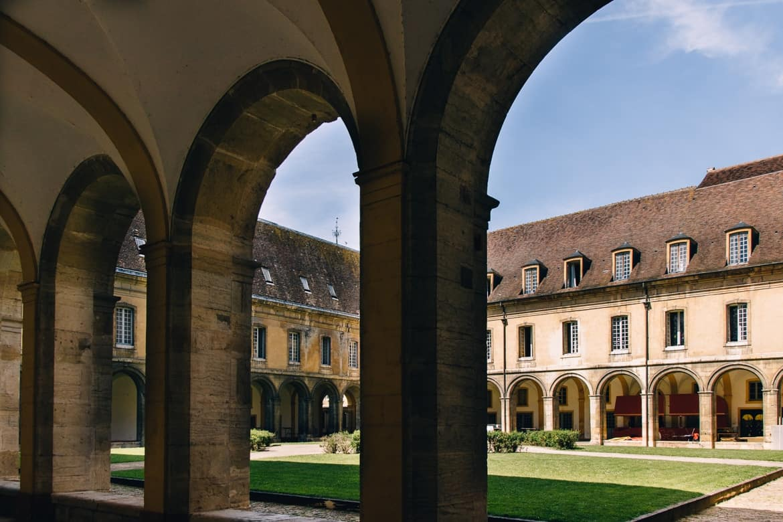 Burgund - Die berühmte Abtei Cluny: der Kreuzgang