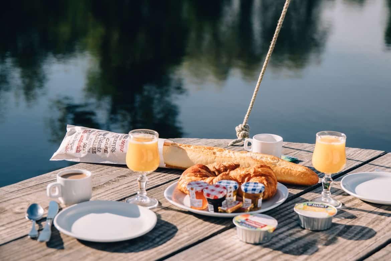 Burgund - Hausbooturlaub im Dorf La Toue Cabanée in Chavannes: Frühstück auf dem Boot