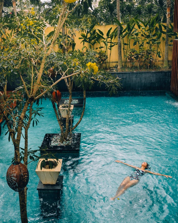 Anantara Seminyak, Bali - Floaten bei Regen im Pool