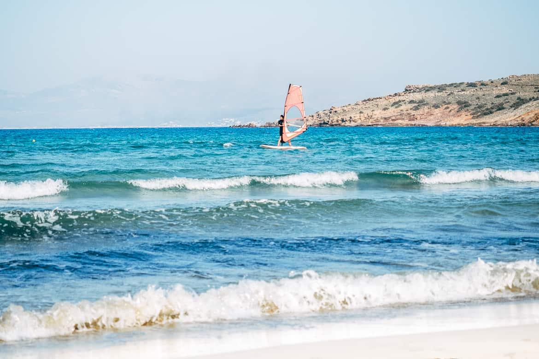 Urlaub auf Paros - Inselhopping auf den Kykladen: Windsurfing am Molos Beach