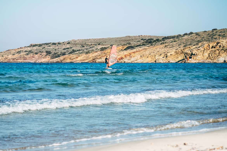 Urlaub auf Paros - Inselhopping auf den Kykladen: Der Molos Beach ist perfekt für Surfer und alle, die es natürlich mögen