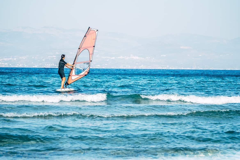 Urlaub auf Paros - Inselhopping auf den Kykladen: Windsurfing mit Blick auf Naxos