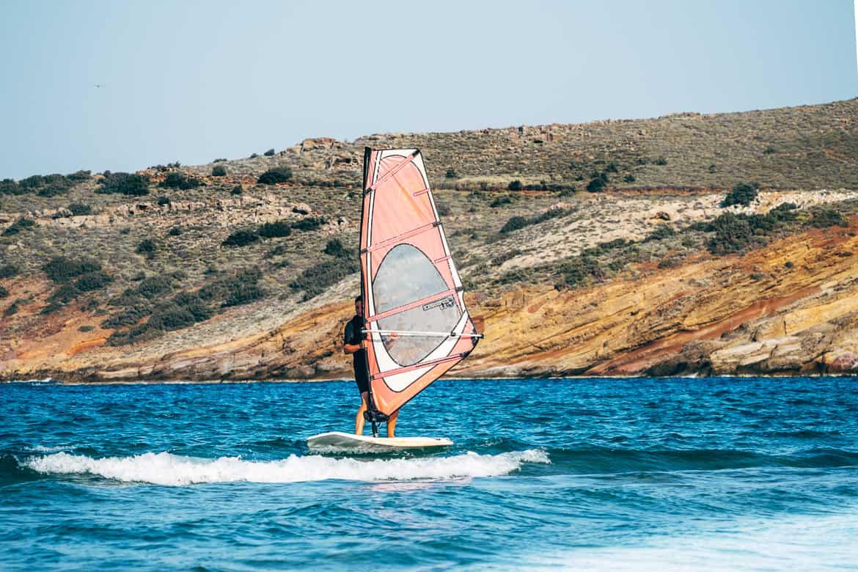 Urlaub auf Paros - Inselhopping auf den Kykladen: Die Bucht vom Molos Beach ist ideal für Wind- und Kitesurfing-Anfänger