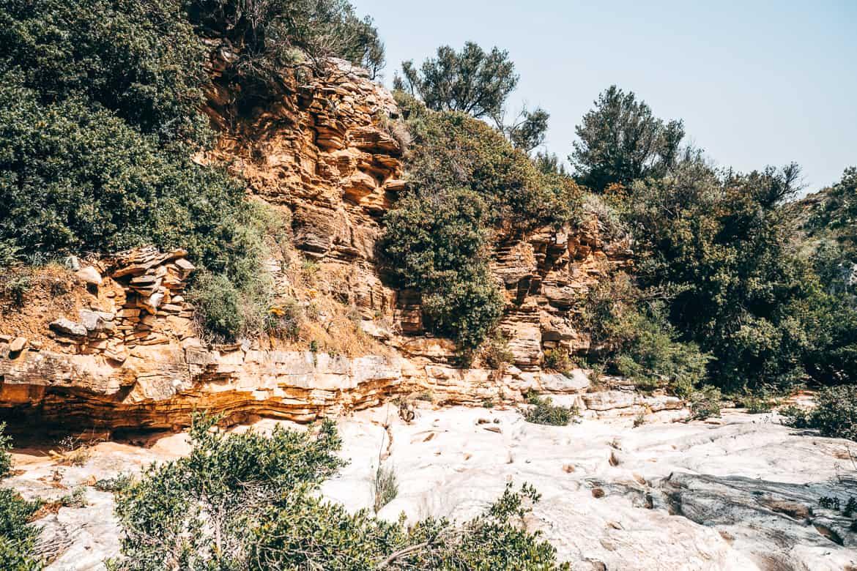 Urlaub auf Paros - Inselhopping auf den Kykladen: Wandern im ausgetrockneten Flussbett bei Lefkes