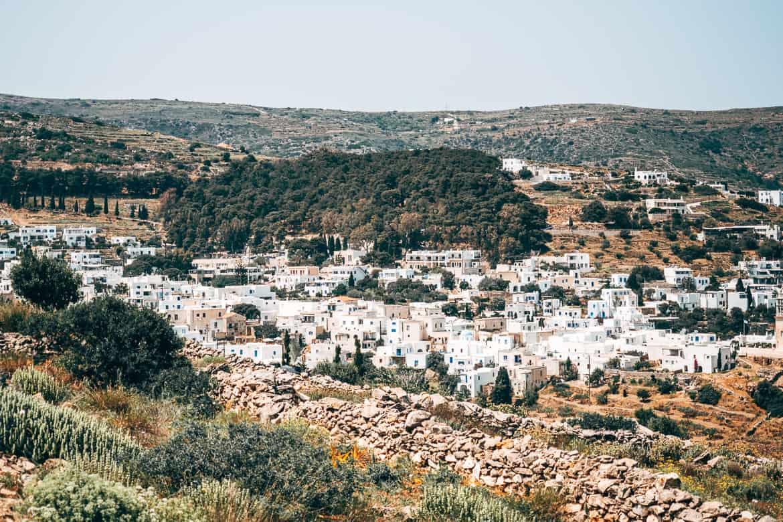 Urlaub auf Paros - Inselhopping auf den Kykladen: Blick auf das Bergdorf Lefkes