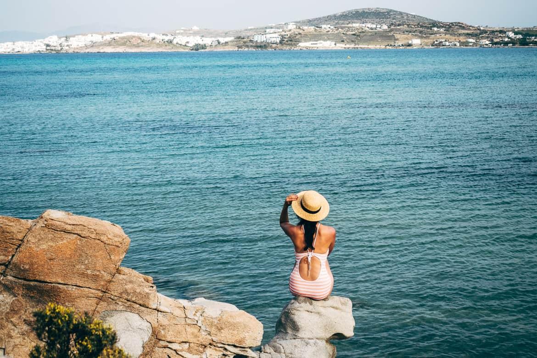 Urlaub auf Paros - Inselhopping auf den Kykladen: Blick auf Naoussa vom Kolimbrythes Beach