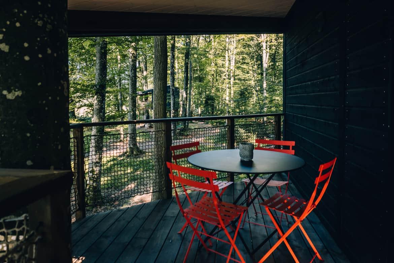 Jura & Drei-Seen-Land - 6 besondere Orte zum Natur genießen - Übernachten im Baumhaus (Les Cabanes du Mont): Terrasse