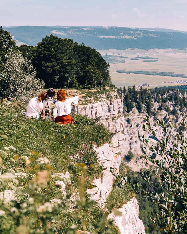 Jura & Drei-Seen-Land - 6 besondere Orte zum Natur genießen - Aussicht genießen am Felsenzirkus Creux du Van 2