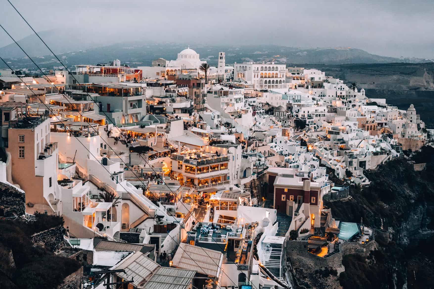 Santorini Travel Guide: Ausblick auf Fira nach Sonnenuntergang