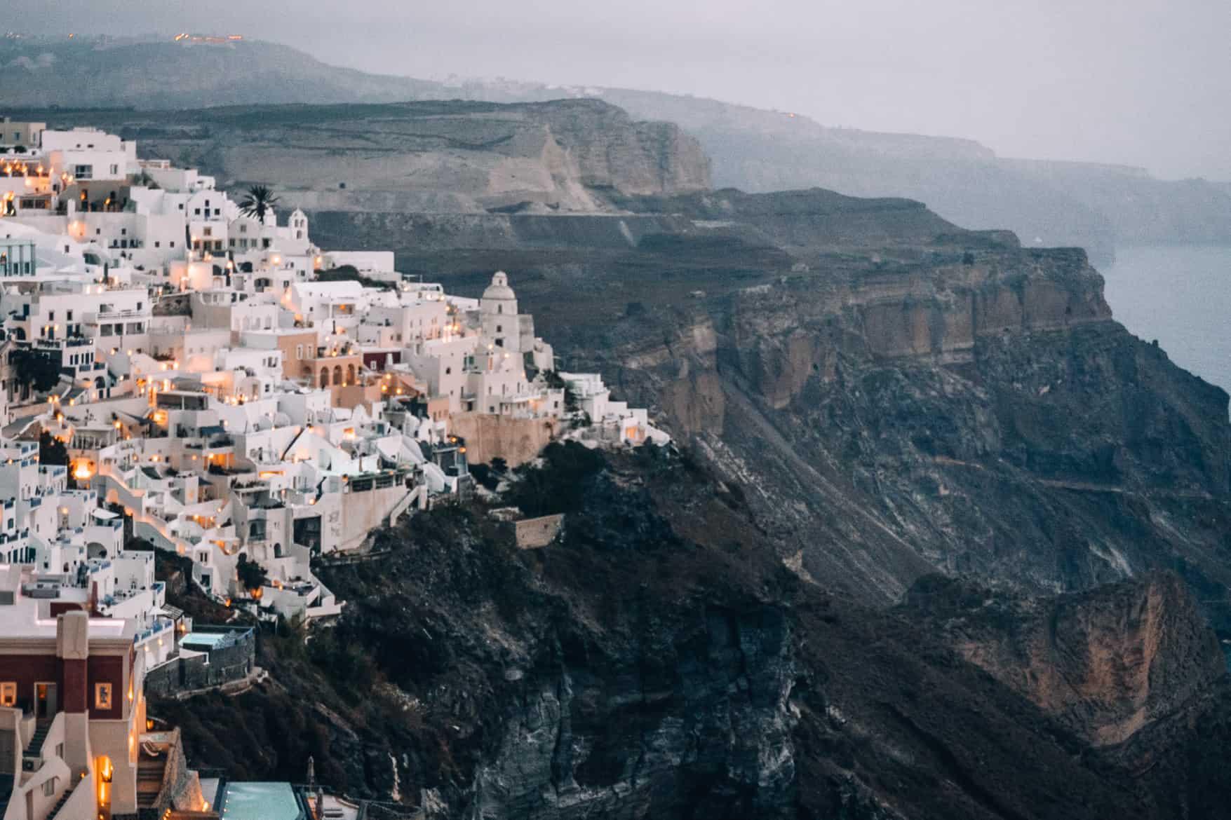 Santorini Travel Guide: Weiße Häuser auf schroffen Klippen - Fira nach Sonnenuntergang
