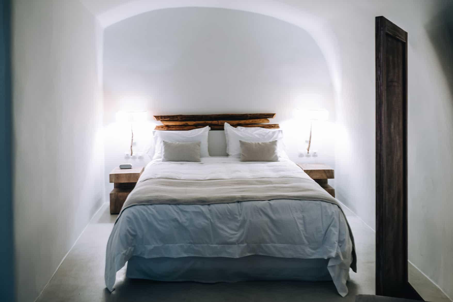 Santorini Travel Guide: The Ivory Suite, Bett
