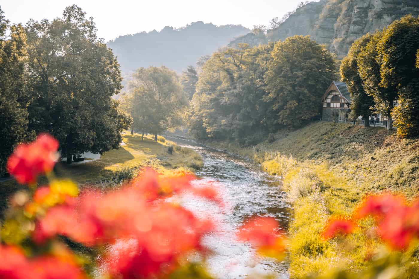 Auf dem Rotweinwanderweg durch das Ahrtal: Die Ahr in Altenahr